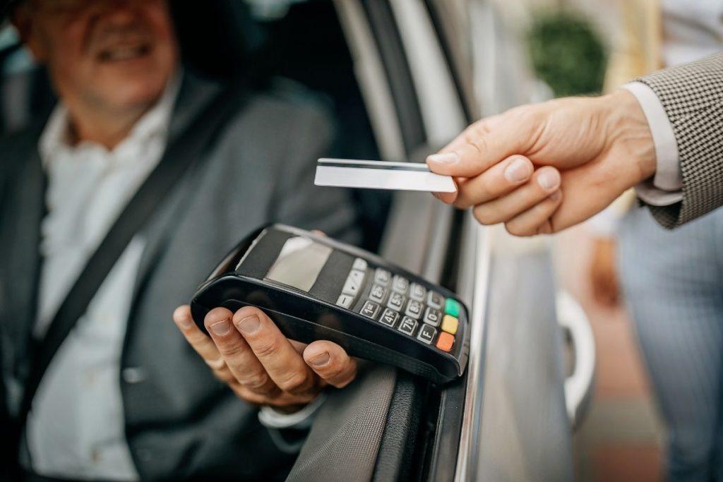 Klient płacący kartą w taksówce Glob-Trans Mielec
