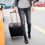Kobieta ciągnąca walizkę do Taxi Glob-Trans w Mielcu